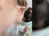 Ablasının oyununa gelen küçük kız