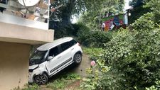 İstanbul'da fren yerine gaza basan sürücü bahçeye uçtu
