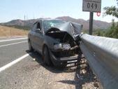 Elazığ'da otomobilin bariyerlere saplandığı kazada 5 kişi yaralandı