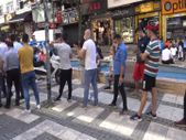 İstanbul'da uçakta unutulan eşyaları alma kuyruğu caddeye taştı