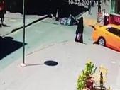 Kırıkkale'de motosikletli kuryenin 8 yaşındaki kıza çarptığı an