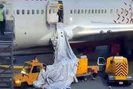 Rusya'da, uçakta nefessiz kalan yolcular acil çıkış kapısını açtı