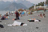 Sıcaklardan bunalanlar Konyaaltı sahilinde sabahlıyor