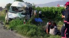 Manisa'da minibüsle otomobil çarpıştı
