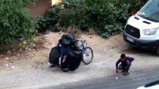 Adana'da kağıt toplayan çocuğun pet şişe ile oyunu