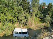 Bursa'da virajda kontrolden çıkan servis midibüsü dereye uçtu