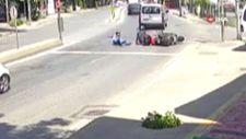 Pendik'te otomobilin sıkıştırdığı motosikletliler kaza yaptı