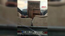 Sultangazi'de kamyonet kasasındaki kanepede tehlikeli yolculuk