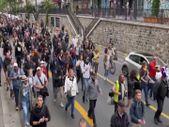 Fransa'da halk 'kahrolsun diktatörlük' sloganıyla gösteri düzenledi