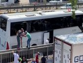 Antalya'da kaza yapan otobüsün camlarını kırıp otobüsten atladılar.