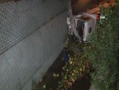 İstanbul'da karpuz yüklü kamyon dereye düştü
