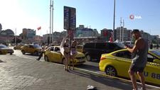 Taksim Meydanı'nda bikinili poz veren turistler