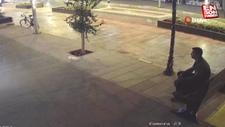 Antalya'da bankın üzerindeki el çantasını çalmak için yorulmuş gibi yaptı