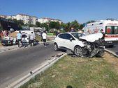 Maltepe'de kavşakta İki araç kafa kafaya çarpıştı