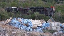 İzmir'de sürücü uyuya kaldı, hareket eden tır devrildi