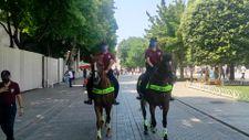 Sultanahmet Meydanı'nda atlı polisler devriye gezdi