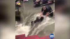 Çin'de sel sularından son anda kurtarılan kadın