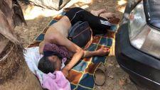 Alanya'da dışarıda kalan tatilciler araçlarında ve yerlerde uyudu