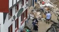 Almanya'da üzerine çamur sürdü, yardım çalışmalarına katılmış gibi haber yaptı