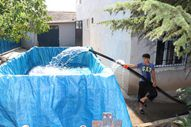 Amasya'da çocuklar römorku havuza çevirdi