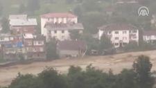 Arhavi'de evleri selde yıkılan aile, son anda kurtuldu