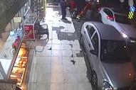İzmir'de sokak ortasında eşini darbetti