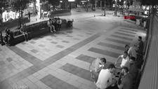 Arnavutköy'de bankta unutulan cep telefonunun çalınma anı