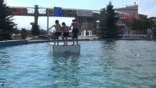 Erzurum'da çocuklar, elektrik verilen havuzlarda yüzüyor