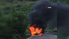 Şile'de yol ortasında yanan araç alev topuna döndü