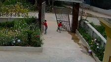 Vietnam'da demir kapı çocuğun üzerine devrildi
