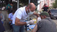 Muş'ta sağlıkçılar kahvehaneleri gezip aşı yaptı