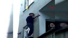 Sultangazi'deki hırsız, pencerede mahsur kalınca ev sahiplerine yalvardı