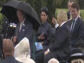 İngiltere Başbakanı Johnson'un şemsiyesi iki kez ters döndü