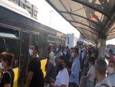 Küçükçekmece'de kliması bozulan metrobüsteki yolcular, araçtan indirildi