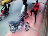 Motosikletini çalmaya çalışan adama uçan tekme attı