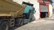 Esenyurt'ta freni boşalan kamyon iki dükkanın duvarına çarparak durabildi