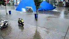 Çin'de uçan çatıdan kıl payı kurtulan motorcu
