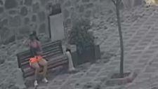 Eyüpsultan'da bankta unutulan telefon ve cüzdanı çalan kadın