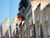 Küçükçekmece'de binanın çatı katında çıkan yangında patlama oldu: Dehşet anları kamerada