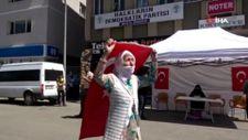 Muş'ta 3 kişinin teslim olmasını HDP binası önünde halay çekerek kutladı