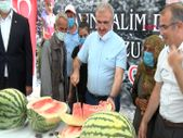 Diyarbakır Valisi, hasadı yapılan 45 kiloluk karpuzu kılıçla kesti
