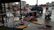 Antalya'da fırtına yardım çadırlarını uçurdu