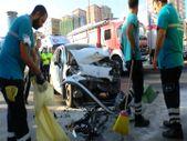 Ataşehir'de durakta bekleyen otobüse, otomobil çarptı