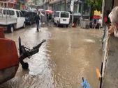 Bayburt'ta sağanak yağış, yolları göle çevirdi