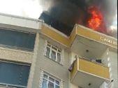 İstanbul'da 5 katlı binanın çatı katında yangın çıktı