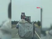 Silivri'deki çocukların, kamyonet arkasındaki tehlikeli yolculuğu