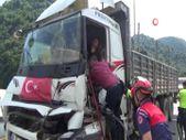 Bolu'da tıra çarpan kamyonun sürücüsü sıkıştığı yerden 1 saatte kurtarıldı