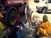 Marmaris'de çıkan yangında İngiliz kadın ekiplere içecek dağıttı