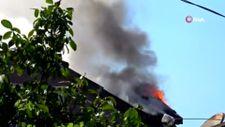 Pendik'te, yangını söndürmek için çatıya tırmandılar