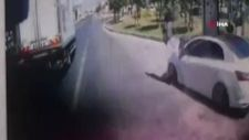 Büyükçekmece'de otobüs durağa tam yanaşmadı, 2 kişiye otomobil çarptı
